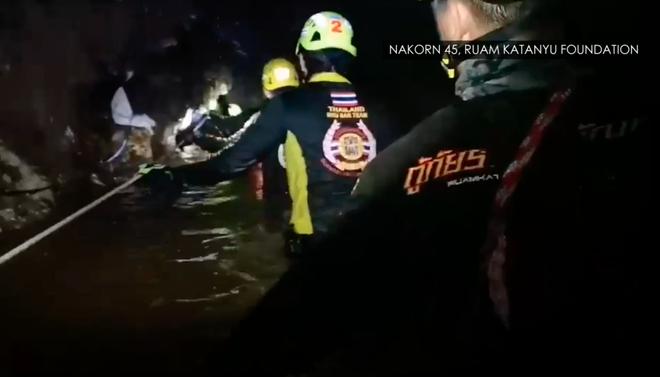 Đội bóng Thái Lan rơi vào tình trạng nguy kịch, Elon Musk yêu cầu SpaceX chế tạo tàu ngầm cỡ trẻ em để phục vụ giải cứu - Ảnh 7.