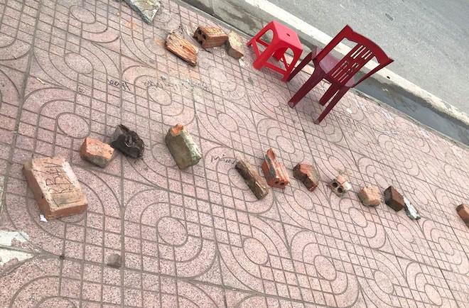 Người dân rồng rắn xếp hàng, viết tên trên gạch đặt chỗ mua vé xem bóng chuyền - Ảnh 3.