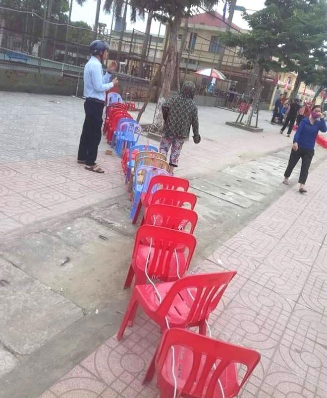 Người dân rồng rắn xếp hàng, viết tên trên gạch đặt chỗ mua vé xem bóng chuyền - Ảnh 4.