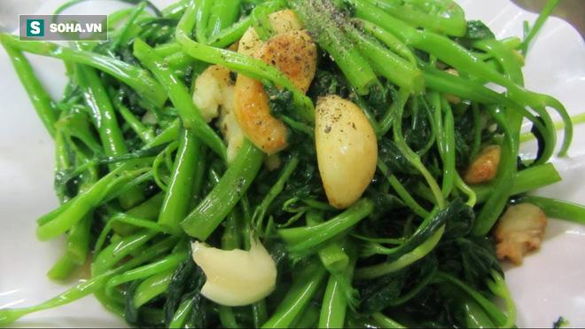 Bí quyết xào rau muống xanh mướt như nhà hàng, không bị thâm đen: Chỉ đơn giản trong 3 bước - Ảnh 1.