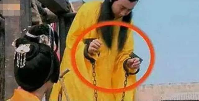 Sạn khó chấp nhận trong phim cổ trang: Quách Tĩnh đeo đồng hồ, Trương Vệ Kiện mặc áo ba lỗ - Ảnh 7.