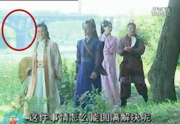 Sạn khó chấp nhận trong phim cổ trang: Quách Tĩnh đeo đồng hồ, Trương Vệ Kiện mặc áo ba lỗ - Ảnh 11.