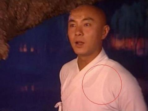 Sạn khó chấp nhận trong phim cổ trang: Quách Tĩnh đeo đồng hồ, Trương Vệ Kiện mặc áo ba lỗ - Ảnh 4.