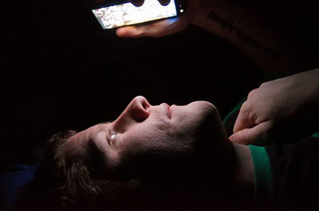 Nếu biết nguy hiểm thế này bạn chắc chắn chẳng còn dám dùng smartphone vào ban đêm - Ảnh 1.