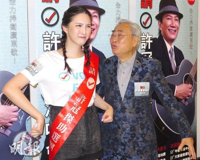 Bỏ rơi mỹ nhân TVB, ông trùm 80 tuổi hẹn uống trà sữa với thiếu nữ đáng tuổi cháu - Ảnh 2.