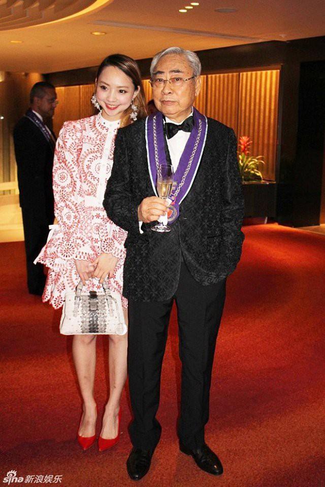 Bỏ rơi mỹ nhân TVB, ông trùm 80 tuổi hẹn uống trà sữa với thiếu nữ đáng tuổi cháu - Ảnh 7.