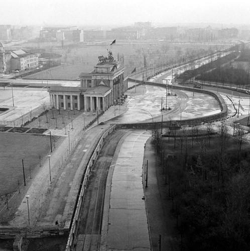Những bức ảnh về Bức tường Berlin chia tách Đông Đức và Tây Đức - Ảnh 2.