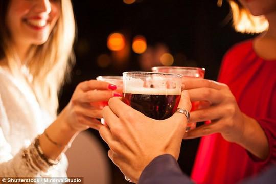 Rượu pha nước tăng lực khiến bạn… muốn đánh bạn nhậu - Ảnh 1.