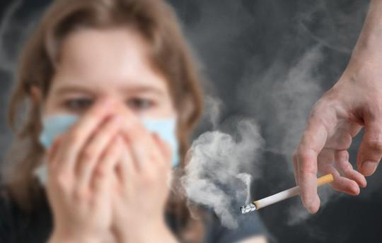 Nhỏ hút thuốc thụ động, lớn lên khổ vì viêm khớp! - Ảnh 1.