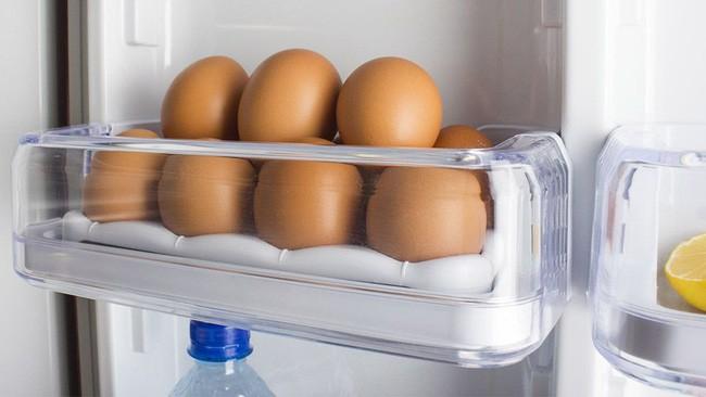 Bạn nghĩ mình sáng suốt khi cất trứng ở vị trí này trong tủ lạnh nhưng thật ra là sai bét nhè, đổi ngay trước khi trứng hỏng hàng loạt - Ảnh 1.
