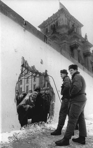 Những bức ảnh về Bức tường Berlin chia tách Đông Đức và Tây Đức - Ảnh 11.
