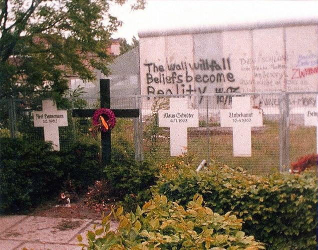 Những bức ảnh về Bức tường Berlin chia tách Đông Đức và Tây Đức - Ảnh 12.