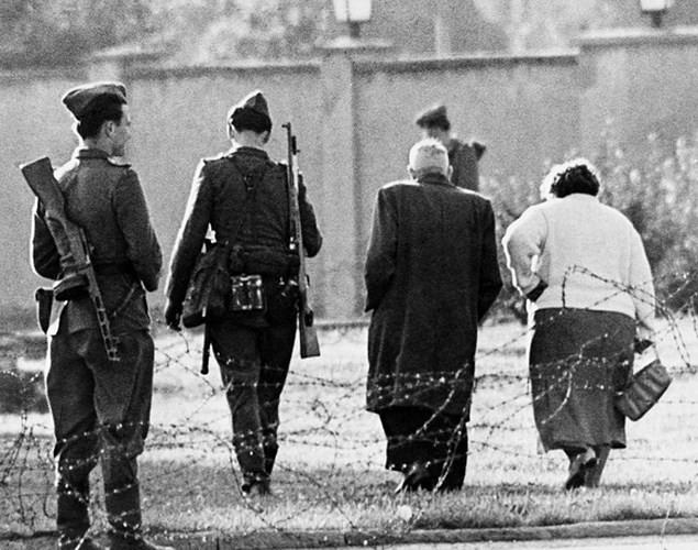 Những bức ảnh về Bức tường Berlin chia tách Đông Đức và Tây Đức - Ảnh 3.