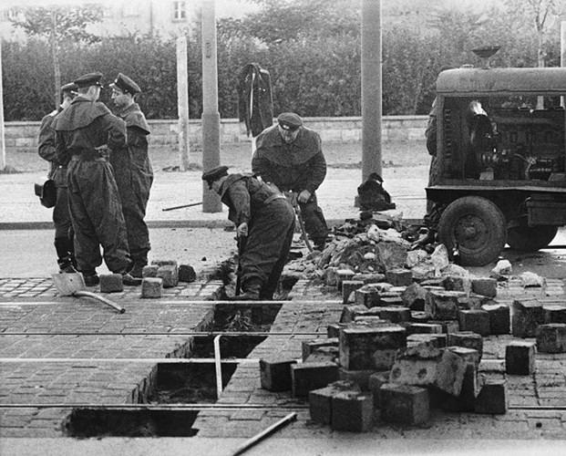 Những bức ảnh về Bức tường Berlin chia tách Đông Đức và Tây Đức - Ảnh 4.