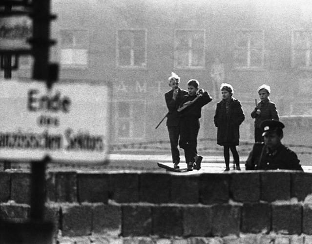 Những bức ảnh về Bức tường Berlin chia tách Đông Đức và Tây Đức - Ảnh 5.