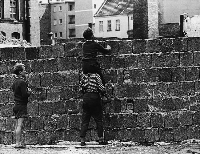 Những bức ảnh về Bức tường Berlin chia tách Đông Đức và Tây Đức - Ảnh 6.
