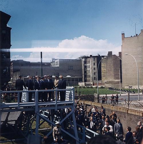 Những bức ảnh về Bức tường Berlin chia tách Đông Đức và Tây Đức - Ảnh 7.