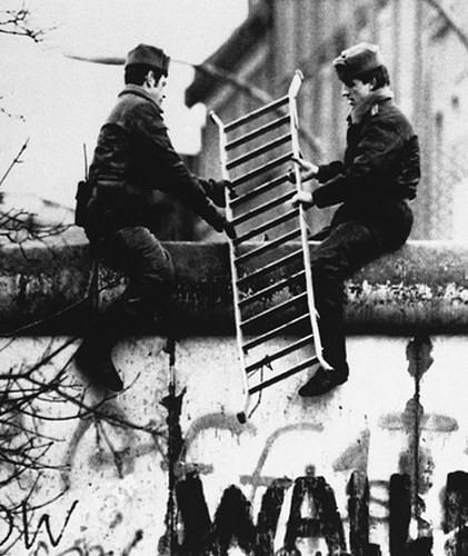 Những bức ảnh về Bức tường Berlin chia tách Đông Đức và Tây Đức - Ảnh 9.