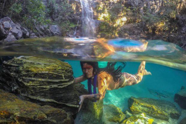 Những bức ảnh kinh ngạc về cuộc sống của thổ dân da đỏ bí ẩn ở Brazil - Ảnh 1.