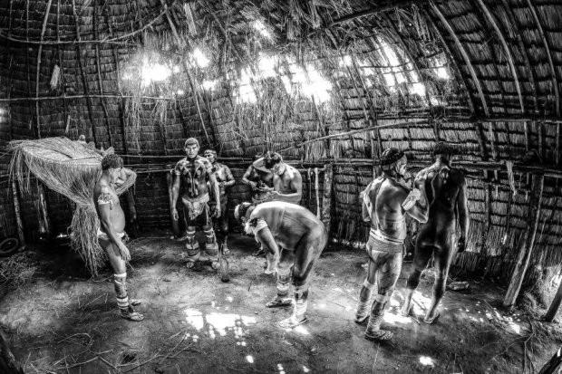 Những bức ảnh kinh ngạc về cuộc sống của thổ dân da đỏ bí ẩn ở Brazil - Ảnh 15.