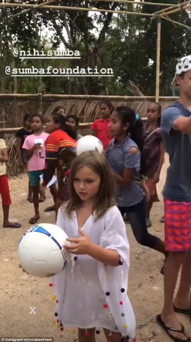 Vẻ đẹp thiên thần của bé Happer Beckham trong chuyến từ thiện cùng gia đình khiến nhiều người xuýt xoa - Ảnh 3.