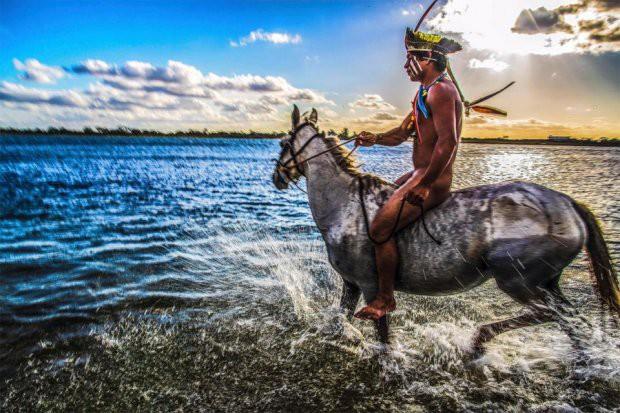 Những bức ảnh kinh ngạc về cuộc sống của thổ dân da đỏ bí ẩn ở Brazil - Ảnh 3.