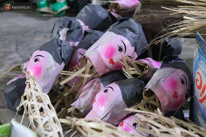 Thủ phủ vàng mã lớn nhất Hà Nội bán cô dâu, chú rể và cả osin cao cấp để đốt cho người cõi âm - Ảnh 10.