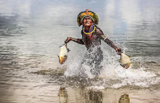 Những bức ảnh kinh ngạc về cuộc sống của thổ dân da đỏ bí ẩn ở Brazil - Ảnh 10.