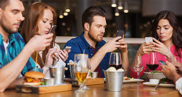 Đừng bao giờ nên dùng smartphone khi ngồi cùng bạn bè, nếu không muốn hậu quả xấu xảy ra - Ảnh 2.