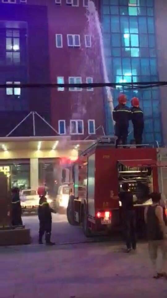 Biển quảng cáo bệnh viện bùng cháy dữ dội, nhiều người nhà bệnh nhân hốt hoảng - Ảnh 2.