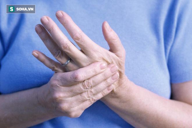Ngoài bệnh Parkinson, triệu chứng run chân tay cảnh báo bệnh nguy hiểm nào nữa? - Ảnh 2.