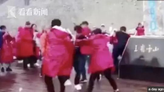 Du khách Trung Quốc ẩu đả giành chỗ chụp hình trên núi tuyết - Ảnh 1.