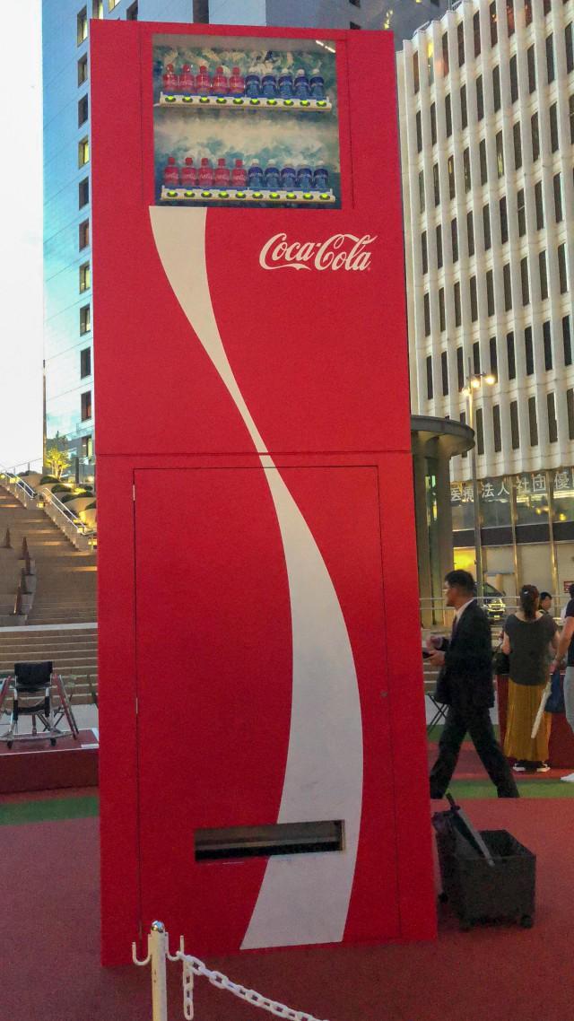 Coca-cola chào đón Olympic Tokyo 2020 bằng máy bán hàng tự động cao 3 mét rưỡi, ai bật đủ cao sẽ có đồ uống miễn phí - Ảnh 1.
