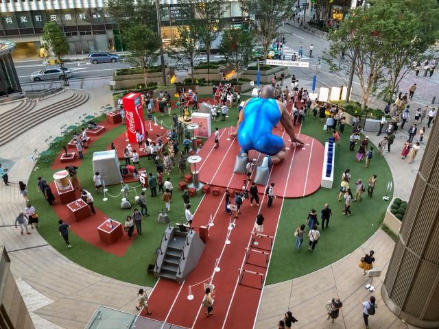 Coca-cola chào đón Olympic Tokyo 2020 bằng máy bán hàng tự động cao 3 mét rưỡi, ai bật đủ cao sẽ có đồ uống miễn phí - Ảnh 4.