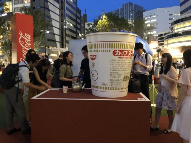 Coca-cola chào đón Olympic Tokyo 2020 bằng máy bán hàng tự động cao 3 mét rưỡi, ai bật đủ cao sẽ có đồ uống miễn phí - Ảnh 5.