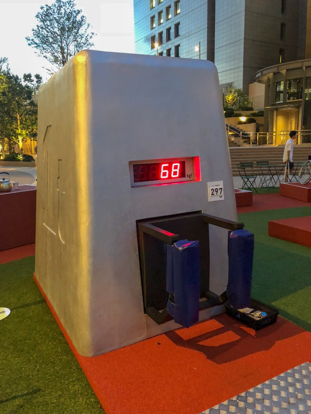 Coca-cola chào đón Olympic Tokyo 2020 bằng máy bán hàng tự động cao 3 mét rưỡi, ai bật đủ cao sẽ có đồ uống miễn phí - Ảnh 8.