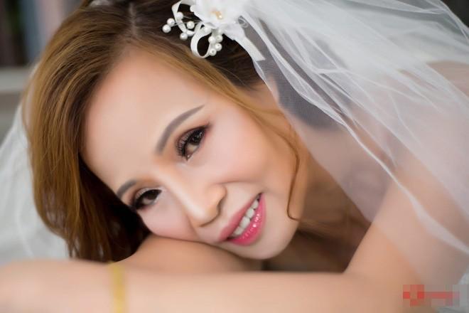 Cô dâu 62 ôm chặt chú rể 26 tuổi hạnh phúc trước thềm đám cưới: Tôi chuẩn bị là cô dâu trẻ và xinh đẹp nhất thế giới - Ảnh 2.
