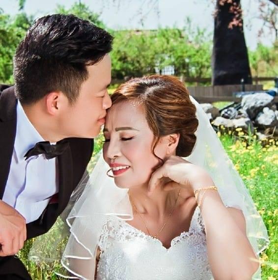Cô dâu 62 ôm chặt chú rể 26 tuổi hạnh phúc trước thềm đám cưới: Tôi chuẩn bị là cô dâu trẻ và xinh đẹp nhất thế giới - Ảnh 5.