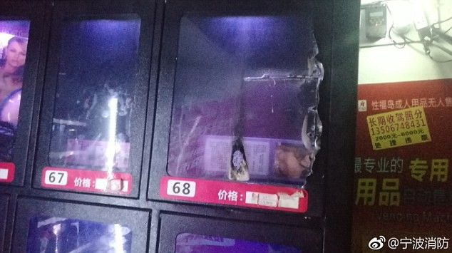 Cố móc món đồ chơi người lớn trong máy bán hàng tự động, chàng trai bị mắc kẹt ngón tay phải gọi đội cứu hộ đến giải cứu - Ảnh 5.