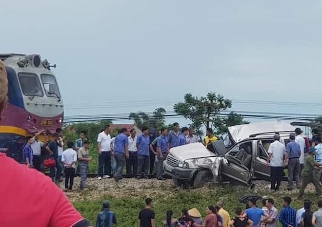 Về quê thắp hương ngày rằm, ô tô 7 chỗ bị tàu hỏa tông, 2 người tử vong tại chỗ - Ảnh 1.