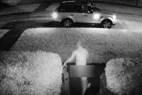 Hy hữu: Phát hiện bị trộm xe, người đàn ông khỏa thân phóng ra ngăn chặn - Ảnh 1.
