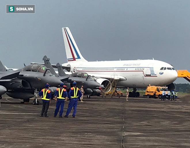Những hình ảnh đầu tiên về tiêm kích Rafale Pháp vừa đáp xuống Nội Bài chiều nay - Ảnh 13.