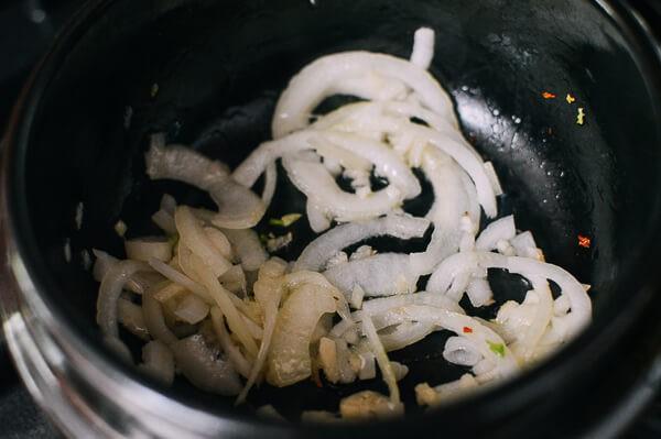 Mùa thu mát trời, ăn ngay đậu phụ hầm cay ngon xuýt xoa - Ảnh 2.