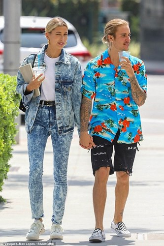 Justin Bieber buộc tóc gọn gàng, nắm tay bạn gái dạo phố ở Los Angeles - Ảnh 1.
