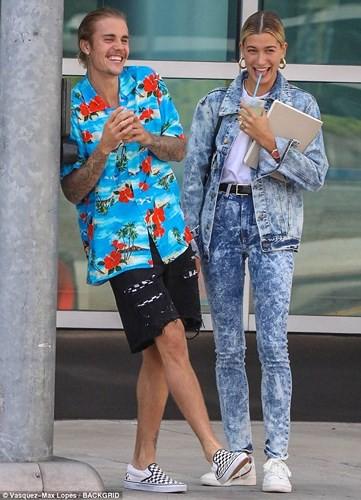 Justin Bieber buộc tóc gọn gàng, nắm tay bạn gái dạo phố ở Los Angeles - Ảnh 3.