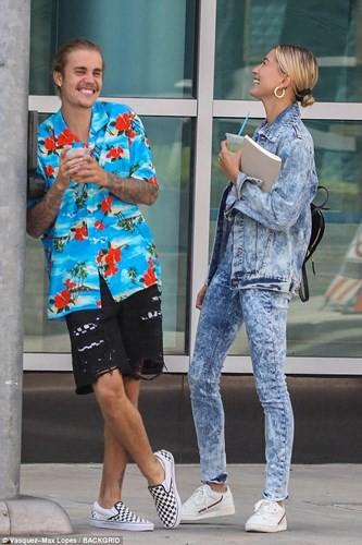 Justin Bieber buộc tóc gọn gàng, nắm tay bạn gái dạo phố ở Los Angeles - Ảnh 5.