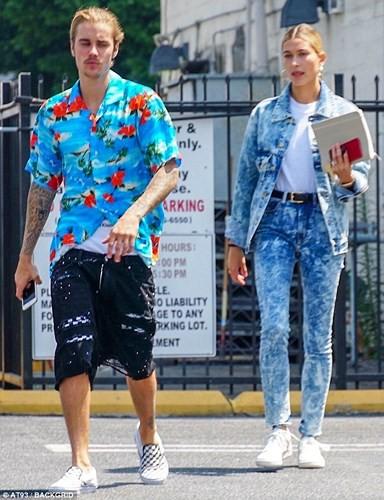 Justin Bieber buộc tóc gọn gàng, nắm tay bạn gái dạo phố ở Los Angeles - Ảnh 6.