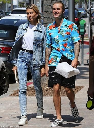 Justin Bieber buộc tóc gọn gàng, nắm tay bạn gái dạo phố ở Los Angeles - Ảnh 7.