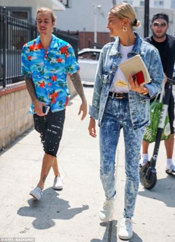 Justin Bieber buộc tóc gọn gàng, nắm tay bạn gái dạo phố ở Los Angeles - Ảnh 9.