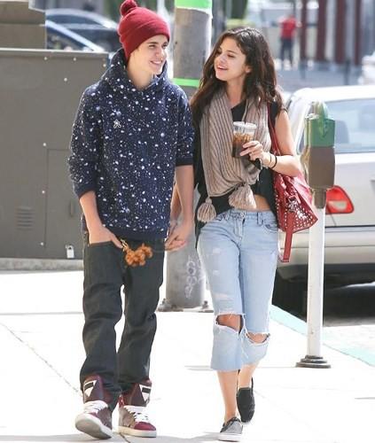 Justin Bieber buộc tóc gọn gàng, nắm tay bạn gái dạo phố ở Los Angeles - Ảnh 10.